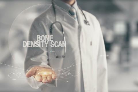 La densità minerale ossea misurata tramite metodica DXA rappresenta un endpoint surrogato per valutare il rischio di frattura di un soggetto
